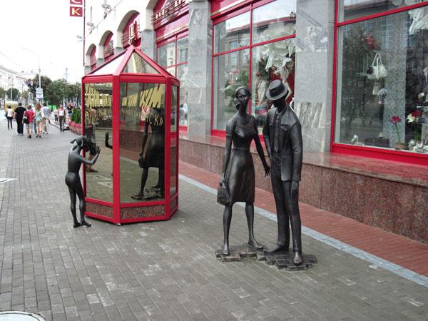 памятник шопоголикам в Минске